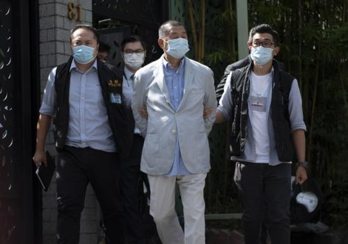 ▲지오다노 창업주이자 홍콩 언론 재벌인 지미 라이(가운데)가 10일 홍콩보안법 위반 혐의로 경찰에 의해 연행되고 있다. 홍콩/EPA연합뉴스