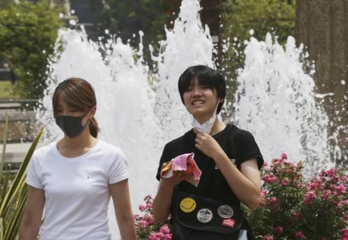 ▲일본 요코하마시의 공원에서 시민들이 마스크를 착용한 채 산책하고 있다. 요코하마/AP연합뉴스