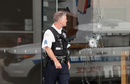 ▲미국 시카고시에서 10일(현지시간) 경찰이 약탈 행위로 유리창에 금이 간 애플 매장 앞을 지나가고 있다. 시카고/로이터연합뉴스