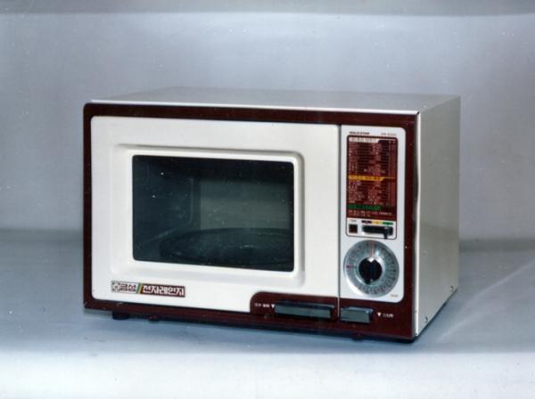 ▲LG전자가 1981년 국내업계에서 처음 선보인 골드스타 전자레인지 제품사진 (사진제공=LG전자)