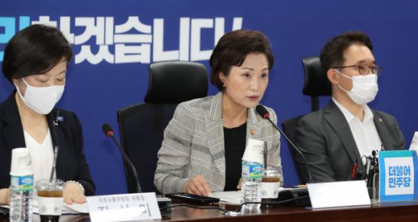 ▲김현미(가운데) 국토교통부 장관이 지난달 15일 서울 여의도 국회 의원회관에서 열린 부동산 대책 당정협의에서 발언을 하고 있다. (뉴시스)