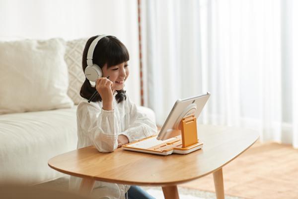 ▲웅진스마트올투게더로 공부하고 있는 어린이 (사진제공=웅진씽크빅)