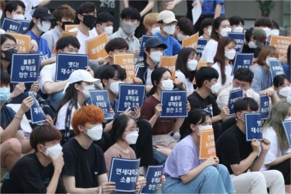 ▲학교본부에 소통 요구하는 집회 연 연세대 학생들 (연합뉴스)