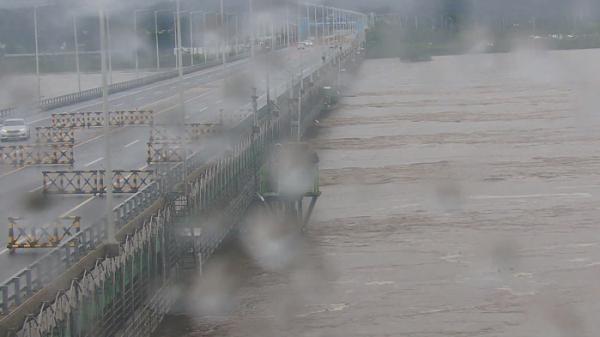 ▲중부지역에 폭우가 내린 6일 경기 파주시 통일대교의 수위가 상승하고 있다. (뉴시스)