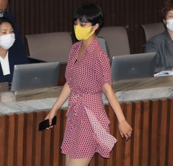 ▲8월 4일 류호정 의원이 국회 본회의에 빨간 원피스를 입고 등장해 의상에 대한 논란이 일었다. (연합뉴스)