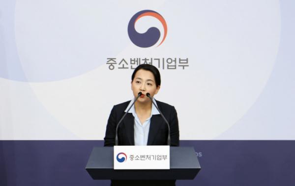 ▲탁진희 공영쇼핑 마케팅본부장이 6일 서울 정부청사에서 브리핑하고 있다.  (사진제공=공영쇼핑)