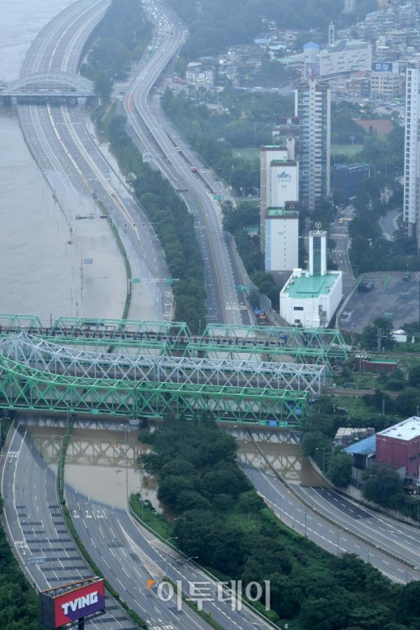 ▲10일에도 비가 올 것으로 예보된 가운데, 서울 올림픽대로 여의상류IC 구간 전방향에 대한 도로 통제가 이어지고 있다. (신태현 기자 holjjak@)