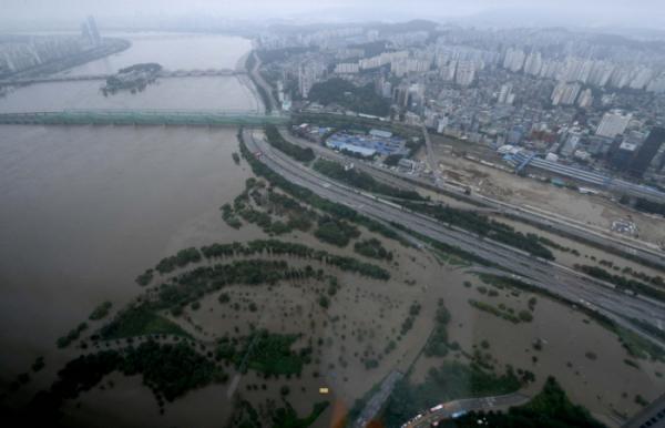 ▲한강 수위가 상승하면서 서울 일부 지역에 홍수주의보가 내려지고 주요 도로가 통제된 6일 서울 여의도 63빌딩에서 바라본 올림픽대로와 노들길의 교통이 통제돼 있다. 신태현 기자 holjjak@ (이투데이DB)
