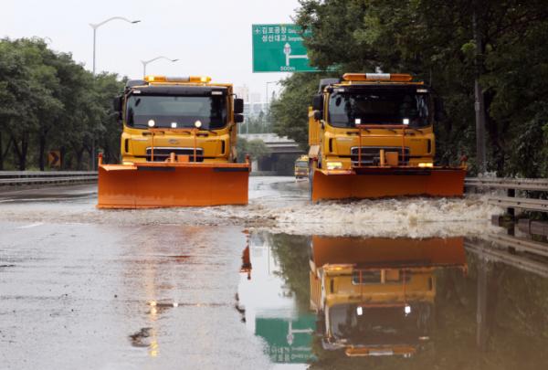 ▲7일 오후 서울 올림픽대로 여의교 부근에서 서울시설공단 관계자들이 차량을 이용해 침수됐던 도로 복구 작업을 하고 있다. (연합뉴스)