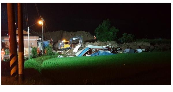 ▲7일 오후 8시29분께 전남 곡성군 오산면 한 야산에서 산사태가 발생해 주택 4채를 덮쳐 3명이 심정지 상태에 빠졌다. 경찰과 소방대원, 군청 관계자들이 구조 작업을 진행하고 있다. (곡성군 제공)