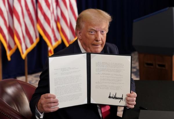 ▲도널드 트럼프 미국 대통령이 8일(현지시간) 자신이 소유한 뉴저지주 베드민스터의 골프 리조트에서 코로나19 관련 추가 부양안에 대한 행정조치에 서명하고 이를 언론에 보여주고 있다. 베드민스터/로이터연합뉴스