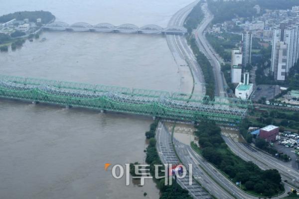▲한강 수위가 상승하면서 서울 일부 지역에 홍수주의보가 내려지고 주요 도로가 통제된 6일 서울 여의도 63빌딩에서 바라본 올림픽대로와 노들길의 교통이 통제돼 있다.  (신태현 기자 holjjak@)