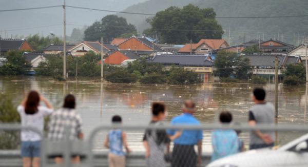 ▲연이은 폭우로 전북지역에 호우경보가 발령된 8일 전북 남원시 금지면 용정마을 인근에 제방이 무너져 내려 마을 전체가 침수돼 있다.  (뉴시스)