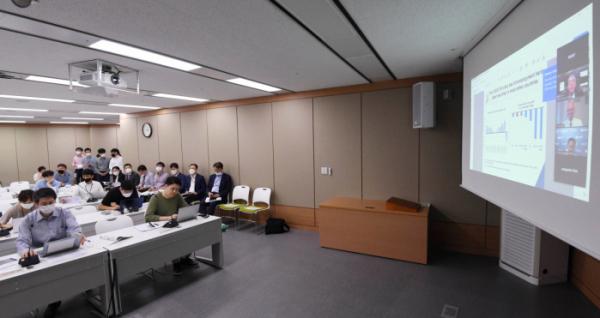 ▲11일 정부세종청사 브리핑실에서 OECD 한국경제보고서 발간 브리핑이 화상으로 진행되고 있다. (연합뉴스)