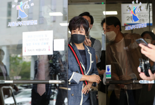 ▲손혜원 전 더불어민주당 의원이 12일 남부지법에서 열리는 1심 선고 공판을 마친 뒤 법원 청사를 나서고 있다. (연합뉴스)