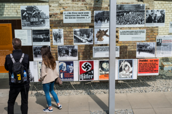 ▲독일 베를린의 역사 박물관에서 한 관람객이 나치 관련 전시물을 보고 있다. (게티이미지뱅크)