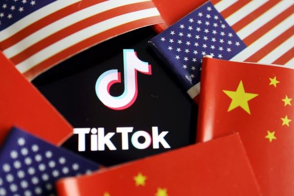▲미국과 중국 국기 가운데 놓여진 틱톡 로고. 로이터연합뉴스