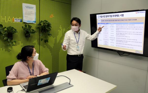 ▲포스코에너지 직원들이 '기업시민 참여기업 우대제도'에 대해 함께 의견을 나누고 있다. (사진제공=포스코에너지)