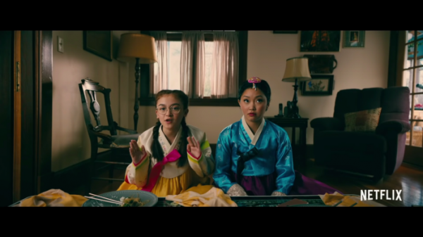 ▲주인공 '라라 진'(오른쪽)과 동생 '키티'가 설을 맞아 설빔을 입고 외갓집을 찾았다.  (출처=넷플릭스 유튜브 캡처)