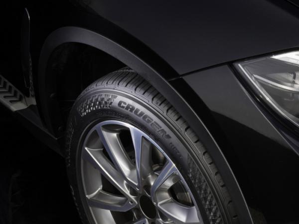 ▲새 타이어 장착초기 제자리에서 운전대를 이리저리 돌리는 행위도 금물이다. 불규칙한 마모의 원인이 된다.  (사진제공=금호타이어)