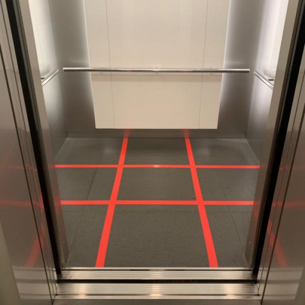 ▲삼성 서초사옥 엘리베이터. 코로나19 사회적 거리두기로 엘리베이터에 빨간색 선이 그어졌다. 칸 안에 9명만 탑승할 수 있다. (사진=송영록 기자 syr@)