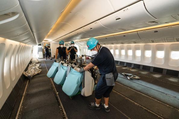 ▲화물 수송을 위해 좌석 장탈 작업 진행중인 대한항공 보잉777-300ER 여객기.  (사진제공=대한항공)