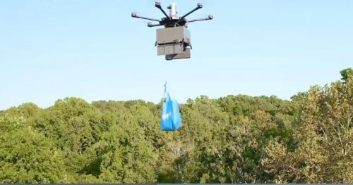 ▲월마트의 배송용 드론이 물품을 고객의 집 앞에 떨어뜨리는 장면. 출처: 월마트 동영상 캡처