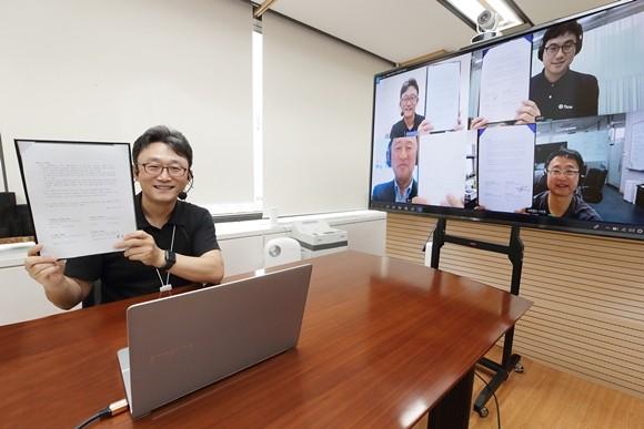 ▲박윤영 사장이 Digital Works 화상회의 솔루션을 통해 국내 강소기업 대표들과 MOU를 체결하고 있다. (사진제공=KT)