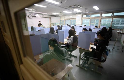 ▲지난 2일 경북 경산시 경산여자고등학교에서 고3 수험생들이 수능 모의고사를 치고 있다.  (연합뉴스)