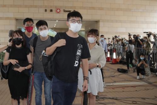 ▲홍콩의 민주화 운동가 조슈아 웡(가운데)이 15일(현지시간) 홍콩 법원으로 들어가고 있다. 홍콩/EPA연합뉴스