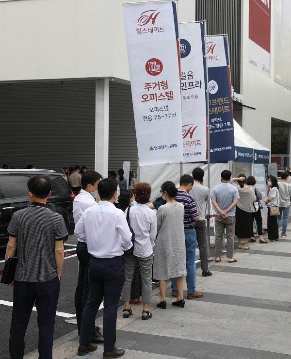 ▲최근 서울에서 분양한 한 아파트 단지 견본주택을 찾은 청약 희망자들이 입장하기 위해 길게 줄 서 있다.   (뉴시스)