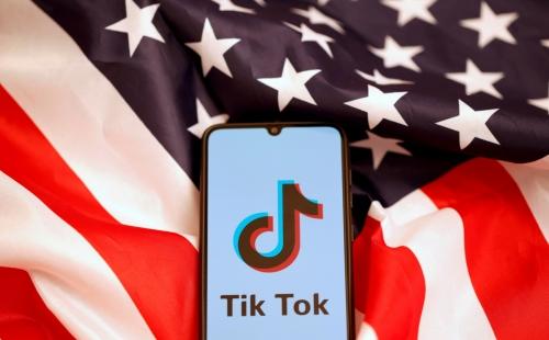 ▲미국 성조기 위에 동영상 공유 앱 '틱톡' 로고가 보인다. 로이터연합뉴스