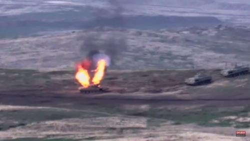 ▲나고르노-카라바흐(아르차흐공화국)에서 27일(현지시간) 아르메니아의 공격을 받은 아제르바이잔의 탱크가 화염에 뒤덮여있다. 아르메니아와 아제르바이잔은 충돌의 원인을 서로에게 돌리며 전면전도 불사하겠다는 의지를 보인다. 나고르노-카라바흐/EPA연합뉴스