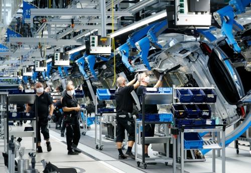 ▲독일 슈투트가르트 인근에 위치한 자동차 업체 다임러의 생산 공장에서 노동자들이 일하고 있다. 슈투트카르트/로이터연합뉴스