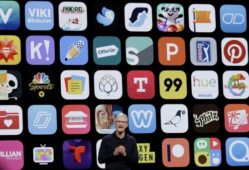 ▲팀 쿡 애플 최고경영자(CEO)가 2018년 6월 4일(현지시간) 미국 캘리포니아주 새너제이에서 열린 애플 연례 개발자 콘퍼런스에서 앱 아이콘들을 배경으로 신제품을 소개하고 있다. 새너제이/AP뉴시스