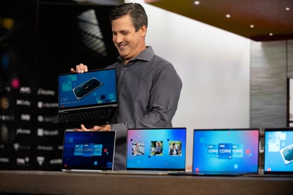 ▲크리스 워커 인텔 부사장이 2일(현지시간) 11세대 CPU '타이거 레이크'가 탑재된 노트북들을 보여주고 있다. 사진제공 인텔