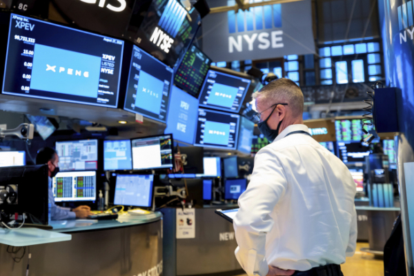 ▲뉴욕증권거래소에서 한 트레이더가 모니터를 살펴보고 있다. 뉴욕/AP뉴시스