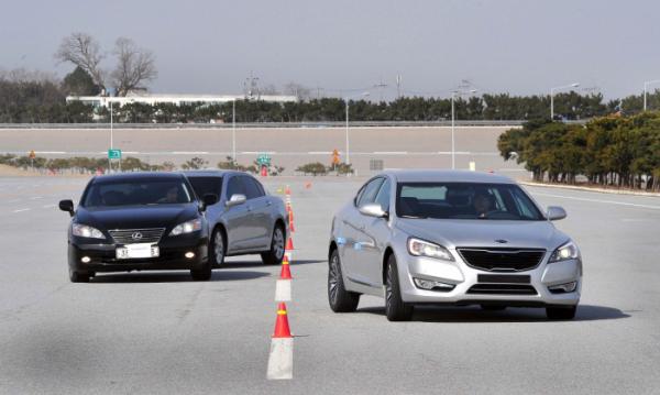 ▲2010년 기아차는 준대형 세단 K7 출시와 함께 경쟁선상에 오른 동급 일본차와 비교 테스트를 추진했다. 그러나 이제 비교 테스트는 금기가 됐다.  (사진제공=기아차)