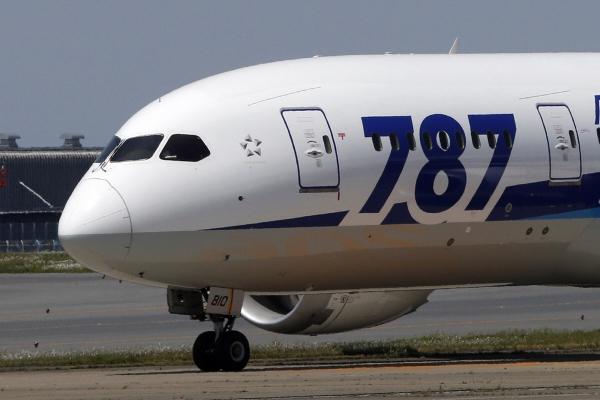 ▲일본 도쿄 하네다 공항에서 보잉 787기가 시험 비행 후 착륙하고 있다. 도쿄/AP연합뉴스