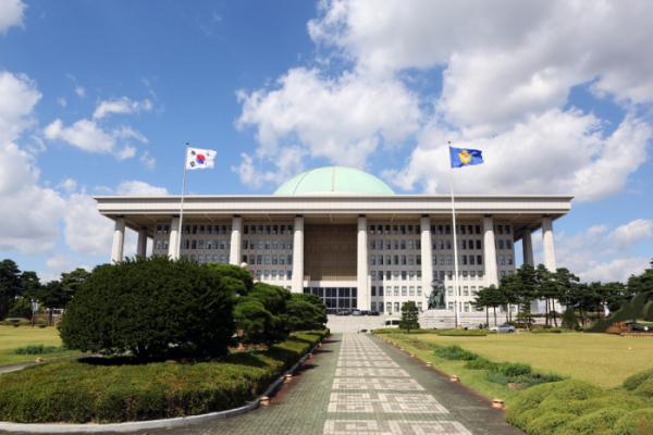 ▲10일 국회 입법조사처에 따르면 대한민국 민주주의 지수가 아시아에서 1위를 기록했다. 전 세계에선 23위, OECD 22위를 기록했지만 민주주의 체제는 '불완전'하다고 평가됐다. (제공=국회)
