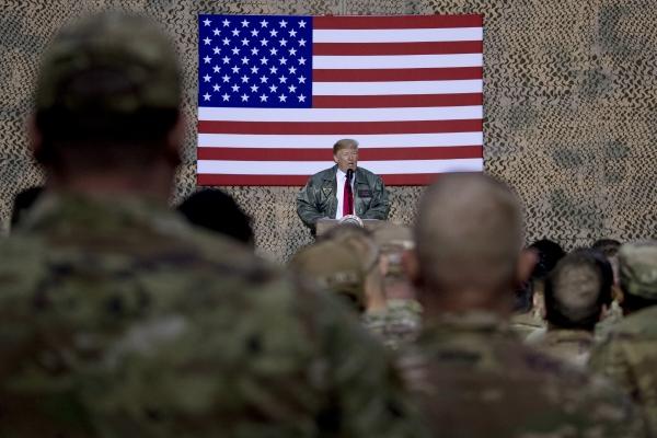 ▲도널드 트럼프 미국 대통령이 2018년 12월 26일(현지시간) 이라크 알 아사드 공군기지에서 군 장병들에게 연설하고 있다. AP연합뉴스