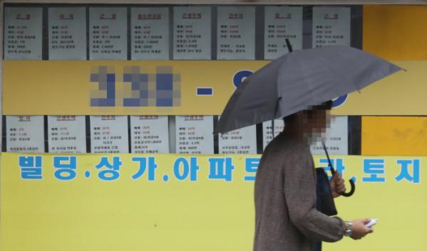 ▲여당인 더불어민주당은 전세난 해법을 마련하기 위해 민간 전문가와 함께하는 '미래주거추진단'을 구성하기로 했다. 서울 시내 한 부동산중개업소 앞을 시민이 지나가고 있다.  (연합뉴스)