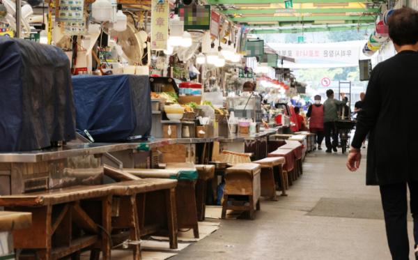 ▲10일 서울 광장시장이 썰렁한 모습이다. 이날 정부는 코로나 재확산의 직격탄을 맞고 있는 소상공인과 자영업자에게 최대 200만원을 현금으로 지원할 것이라고 밝혔다. (연합뉴스)