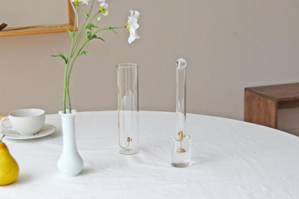 ▲니나히의 '인센스 튜브'(왼쪽)와 '인센스 튜브 크리스탈'. '인센스 튜브 크리스탈'은 유리공을 얹은 디자인으로 유리공이 연기가 한꺼번에 나가는 것을 막아준다. (사진제공=니나히)