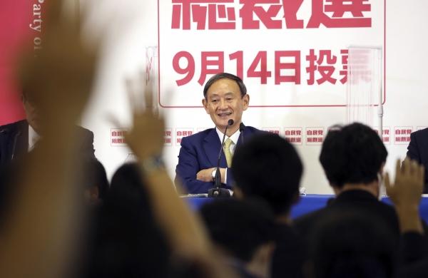 ▲도쿄 소재 자민당 본부에서 후보들의 공동 기자회견이 열린 가운데 스가 요시히데 관방장관이 질문을 받고 있다. 도쿄/AP뉴시스