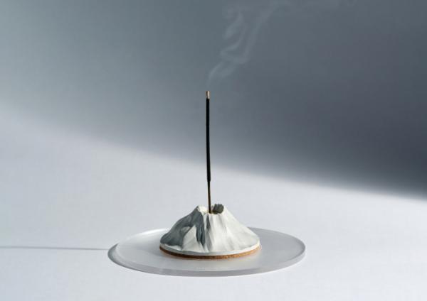 ▲한라산의 모양을 형상화한 '한라산 인센스 홀더'. 인센스 홀더는 향을 피울 때 재날림을 막아주고, 인테리어 소품으로도 효과적이다. (사진제공=던 스튜디오)