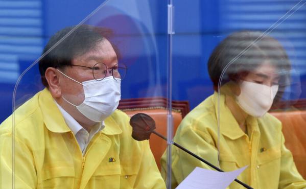 ▲더불어민주당 김태년 원내대표가 15일 국회에서 열린 원내대책회의에서 발언하고 있다. (연합뉴스)