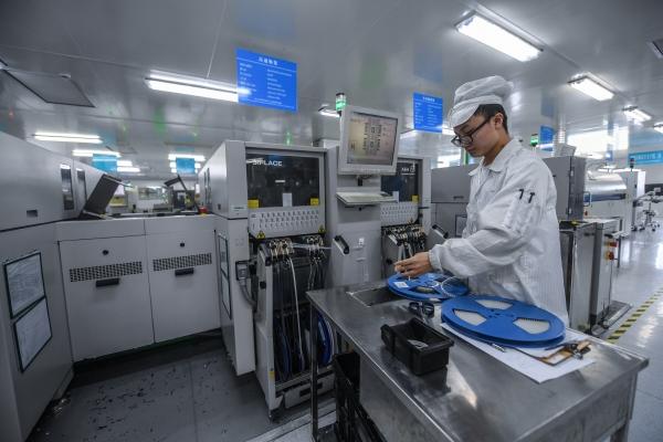 ▲중국 저장성 둥양시의 한 반도체 공장에서 엔지니어가 작업하고 있다. 둥양/신화뉴시스