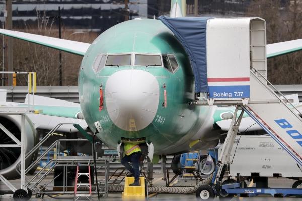 ▲미국 워싱턴주 렌턴의 보잉 공장에서 한 엔지니어가 737맥스 항공기를 살펴보고 있다. 렌턴/AP뉴시스
