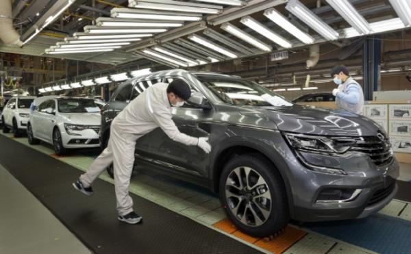 ▲르노삼성자동차 부산 공장에서 QM6를 생산하는 모습 (연합뉴스)